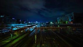 Ein timelapse des Zugs an Ueno-Station an der Nachtlangen Belichtung schoss weit Neigung stock video
