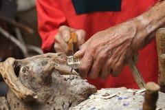 Ein Tischler Sawing Lizenzfreies Stockbild