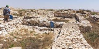 Ein Tourist an der Canaanite Stadt an Telefon Arad in Israel lizenzfreies stockbild