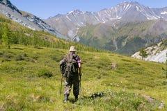 Ein Tourist in einer Wanderung in den Bergen Stockfoto