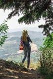 Ein Tourist fotografiert die Landschaft von San Marino lizenzfreie stockfotografie