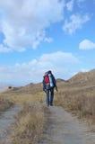 Ein Tourist geht entlang die Spur lizenzfreies stockfoto