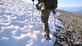 Ein Tourist geht entlang einen schneebedeckten Weg stock video footage