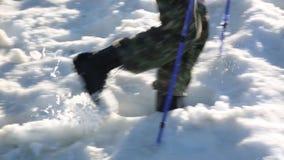 Ein Tourist geht entlang einen schneebedeckten Weg stock video