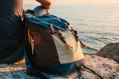 Ein Tourist mit einem Rucksack auf der Küste auf dem Sonnenuntergang Reise, Tourismus, Erholung kleines Auto auf Dublin-Stadtkart Stockbilder