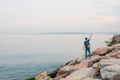 Ein Tourist mit einem Rucksack auf der Küste Reise, Tourismus, Erholung Stockbilder