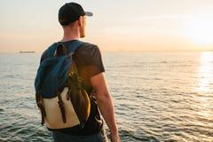 Ein Tourist mit einem Rucksack auf der Küste Reise, Tourismus, Erholung Lizenzfreies Stockfoto