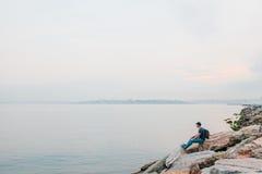 Ein Tourist mit einem Rucksack auf der Küste Reise, Tourismus, Erholung Stockbild