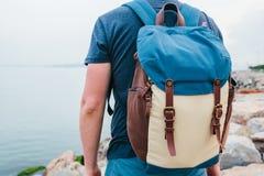 Ein Tourist mit einem Rucksack auf der Küste Reise, Tourismus, Erholung Lizenzfreie Stockfotografie