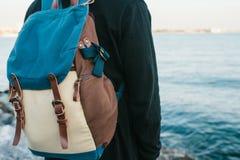 Ein Tourist mit einem Rucksack auf der Küste Reise, Tourismus, Erholung Lizenzfreies Stockbild