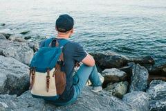 Ein Tourist mit einem Rucksack auf der Küste Reise, Tourismus, Erholung Lizenzfreie Stockfotos