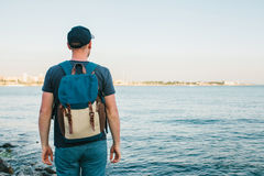 Ein Tourist mit einem Rucksack auf der Küste Reise, Tourismus, Erholung Lizenzfreie Stockbilder