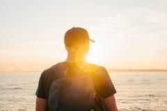 Ein Tourist mit einem Rucksack auf der Küste Reise, Tourismus, Erholung Auf dem Sonnenuntergang Stockfoto