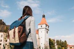 Ein Tourist mit einem Rucksack betrachtet den Anblick Das Schloss, das Blatna in der Tschechischen Republik genannt wird, wird in Stockfotos