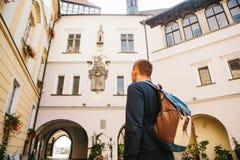Ein Tourist mit einem Rucksack betrachtet den Anblick Das Schloss, das Blatna in der Tschechischen Republik genannt wird, wird in lizenzfreies stockbild