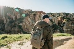 Ein Tourist mit einem Rucksack oder einem Reisenden stockfotos
