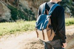 Ein Tourist mit einem Rucksack oder einem Reisenden lizenzfreie stockbilder