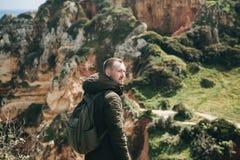 Ein Tourist mit einem Rucksack oder einem Reisenden stockfoto