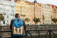Ein Tourist mit einem Rucksack vor einer schönen alten Architektur in Prag in der Tschechischen Republik Reise, Tourismus lizenzfreie stockfotos