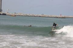 Ein Tourist soll in, Lagos-Strand, Bewunderer zu surfen genießen schauen an stockbild