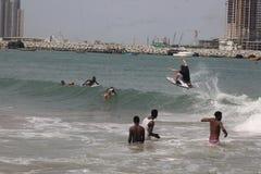 Ein Tourist soll in, Lagos-Strand, Bewunderer zu surfen genie?en schauen an lizenzfreie stockbilder