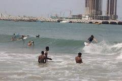 Ein Tourist soll in, Lagos-Strand, Bewunderer zu surfen genie?en schauen an lizenzfreies stockfoto