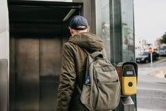 Ein touristischer Mann mit einem Rucksack benutzt einen Straßenaufzug in Porto in Portugal, um zur Metro unten zu gehen lizenzfreies stockfoto
