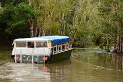 Ein touristisches Boot auf der Lagune Hartleys Krokodilbauernhof Wangetti Grafschaft von Douglas queensland australien stockfotos