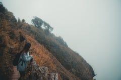Ein touristisches Gehen und ein Trekking der Frau entlang den Bergen im tropischen Wald lizenzfreies stockbild