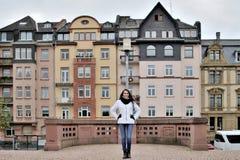 Ein touristisches Mädchen draußen gegen den Hintergrund der Anziehungskräfte lizenzfreie stockbilder