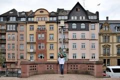 Ein touristisches Mädchen draußen gegen den Hintergrund der Anziehungskräfte Stockbild