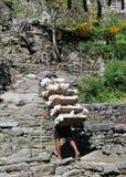 Ein Träger mit schweren Waren Stockfotografie