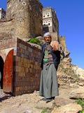 Ein traditioneller jemenitischer alter Mann, der vor steht Stockbild