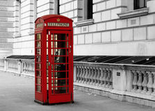 Ein traditioneller roter Telefonkasten in London, England Stockfotos