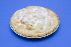 Ein traditioneller selbst gemachter Apfelkuchen gemacht mit Bramley-Äpfeln und mit Gießmaschinenzucker besprüht Lizenzfreie Stockfotografie