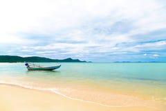 Ein traditionelles asiatisches Fischerboot ist im klaren Meer Lizenzfreie Stockfotografie