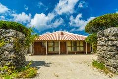 Ein traditionelles Dorf in der kleinen Insel von Taketomi, Okinawa Japan stockfotografie