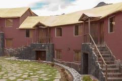 Ein traditionelles Weinlesehotel in Chivay, Arequipa Peru mit Wolken Lizenzfreie Stockfotos