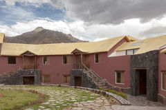 Ein traditionelles Weinlesehotel in Chivay, Arequipa Peru mit Wolken Lizenzfreies Stockfoto