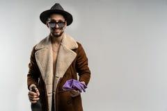 Ein tragender Hut des gut aussehenden Mannes und ein brauner Mantel stockbild