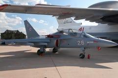 Ein Training und ein Kampfflugzeug stockfoto