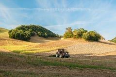 Ein Traktor auf einem Gebiet Lizenzfreie Stockfotografie