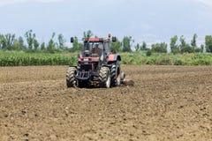 Ein Traktor, der Weizen auf den fruchtbaren Bauernhofgebieten von G pflanzend arbeitet Lizenzfreies Stockbild