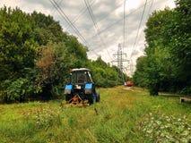 Ein Traktor funktioniert auf den Gebieten Stockbilder