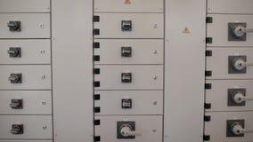 Ein Transformatorkasten mit einem verzweigten sistomy, ein elektrisches Schild, das Strom zum Haus, Produktionsstandorte gibt ode stock video