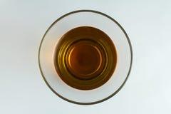 Ein transparentes Glas mit schwarzem Tee auf einer weißen Tabelle Stockfotos