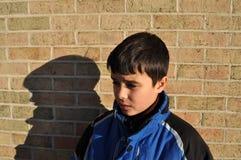 Ein trauriger kleiner Junge Stockfotos