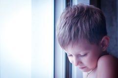 Ein trauriger kleiner Junge Lizenzfreies Stockfoto