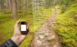 Ein Trekker findet die rechte Position im Wald über gps in einem bewölkten Herbsttag stockbilder