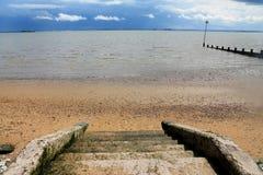Ein Treppenhaus, das unten zum Strand und zum Meer geht Lizenzfreie Stockfotografie